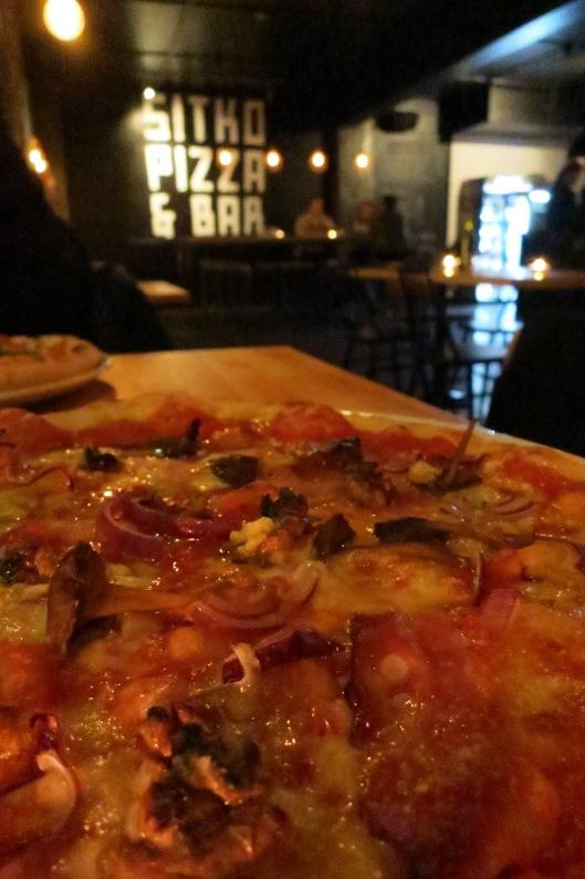 Kauden pizza: sieniä, sipulia, pekonia, pähkinöitä, valkosipulia (ainakin)