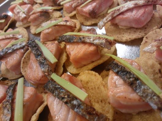 Lohitataki, sitruunamajoneesia, maissilastu, paistettua kalan nahkaa.