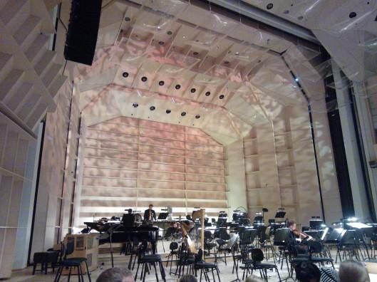 Tampere-Talon suuren salin lava hetki ennen orkesterin saapumista.