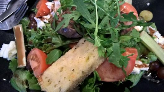 Kertun Lampaanpaahtopaistisalaatti: salaattia, buffalomozzarellaa, viinirypäleitä, lampaan paahtopaistia ja balsamicokastiketta 13,80 €.