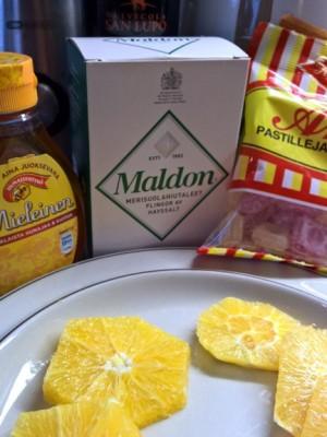 Siinä on kaikkea outoa, kuten appelsiinia, hunajaa, oliiviöljyä, suolaa ja reseptiin sopimattomia kovia karamelleja.