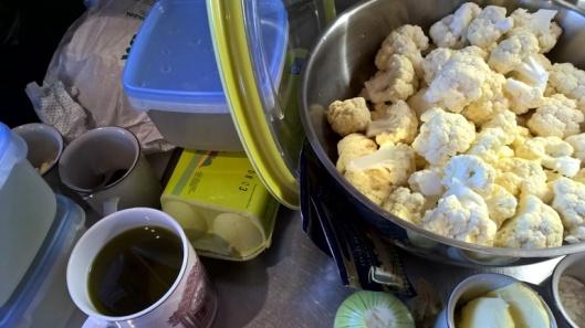 Montaa ruokalajia säätäessä kannattaa olla oman elämänsä ammattikokki ja laitella kaikkien ruokien kaikki ainekset kesken. Sitten sopii leikkiä kokkiohjelmaa kun kaatelee valmiiksi mitattuja aineita patoihin ja pannuille.