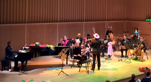 Satu Sopasta ei tullut vangittua kuvaan, mutta orkesteri antoi kaikkensa. Erityisesti pidin ilmeikkäistä sellisteistä, joista toisella oli kivat jalat.