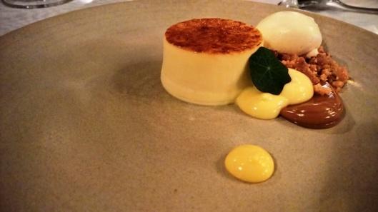 Rosmariini-crème brûlée ihanilla lisukkeilla.