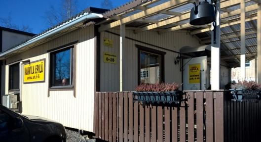 Kahvila Epilässä on aurinkoista sisällä ja ulkona.