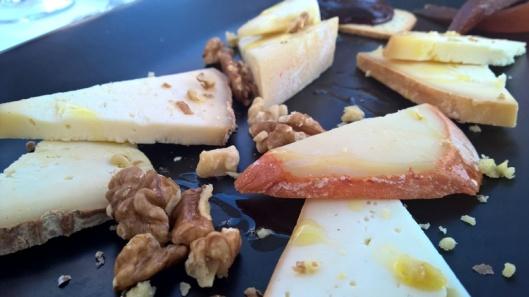 Alkupalaksi Menorcalaisia juustoja. Hunaja ja pähkinät juuston kera, ah!