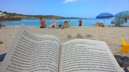 Rannalla tai altaalla loikoillessa kirja eteni parhaiten. Kahden viikon reissu ei lukemiseen riittänyt, viimeiset sivut luin kotomaassa.