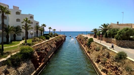 Maisema pikkusillalta lähtösuuntaan avomerelle. Tuosta aukosta mentyä horisontissa oikealla häämöttää Menorcan isosisko Mallorca.