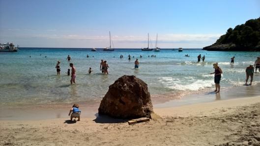 Näkymä rannalla turistilaivallisen saavuttua.