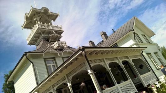 Upea rakennus ja hämmentävä kattoterassiparvekehärveli.
