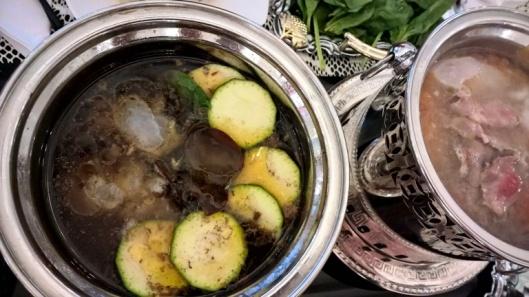 Mausteisessa liemessä kesäkurpitsaa, kiinalaisia korvasieniä, kalaa ja pinaattia. Miedossa liemessä naudanlihasiivuja.
