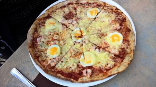 Savulohipizza ilman suolakurkkua ja tilliä.