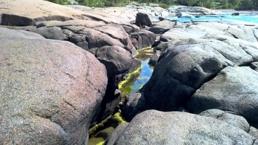 Vesi pyrkii pyöristyneiden kivien koloihin.