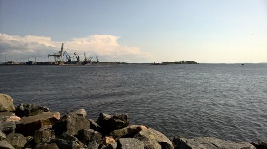 Jossain tuolla kaukana vastarannalla näkyy Kallon majakka ja Porin satama.