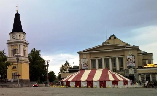 """Teatterikesän telttaa on ajan hammas päässyt puraisemaan, mutta silti se on paljon, paljon raikkaampi kuin lukuisat Keskustoria kesäaikaan """"koristavat"""" kaljateltat."""