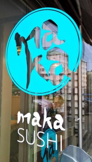 Maka Sushi löytyy Näsilinnankadulta Kauppa-aukiolta pienestä, pimeästä nurkasta. Aika viehättävä sijainti sinänsä.