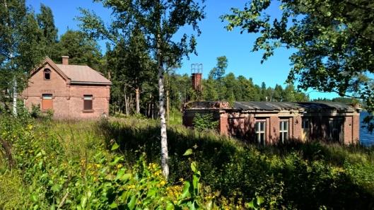 Vasemmanpuoleisessa asui aikanaan tehtaan vartija.