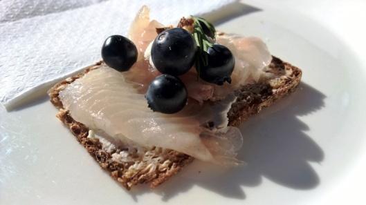 Shampanjabaari Santén (Hatanpään valtatie 2) mustikka-siika-tuorejuusto-luomus tervaleipäsellä oli vähän pieni, mutta oikein, oikein herkullinen. Mustikka meni mukavasti kalan ja juuston kanssa.