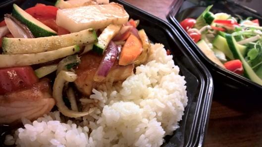Teriyaki salmon donburi: Teriyakipaistettua lohta riisipedillä, misokeittoa (ei kuvassa) ja kahveet (ei kuvassa) 10 €.