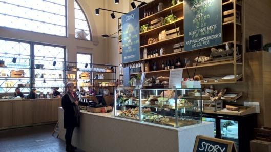 Keskellä kauppahallia on avara Story-kahvila.