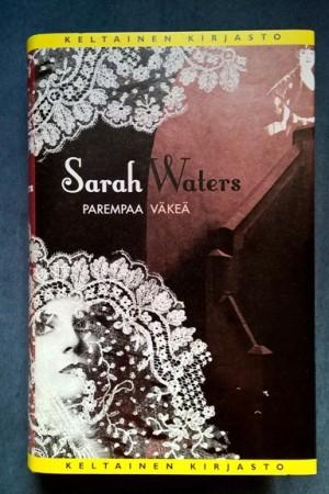 Sarah Waters, vanha tuttu, päätyy kovissa kansissa hyllyyn säilytettäväksi muiden Watersien viereen. Tässä kirjassa käsitellään Parempaa väkeä ja jälleen kirjan kätköistä paljastuu kielletty rakkaus.