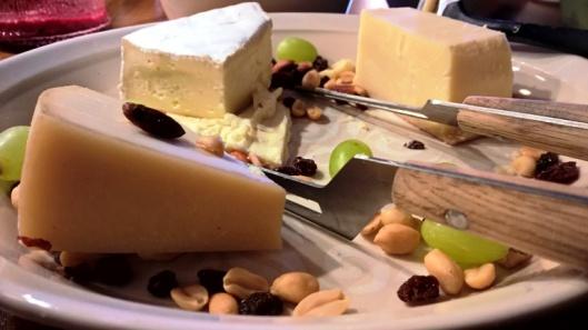 KOlme kimpaletta herkullisia juustoja, pähkinöitä, hedelmiä ja huoleton luraus hunajaa (ei näy kuvassa).