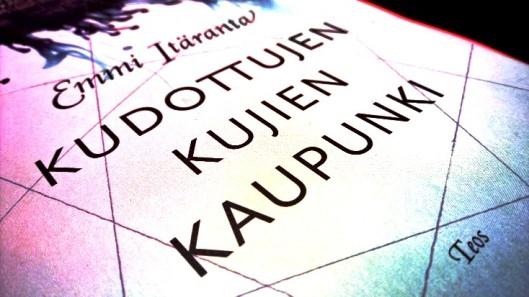 Emmi Itärannan Kudottujen kujien kaupunki. Alkuarviona sanon, että vaikuttaa utuisuudessaan samantyyppiseltä kuin ensimmäinen.