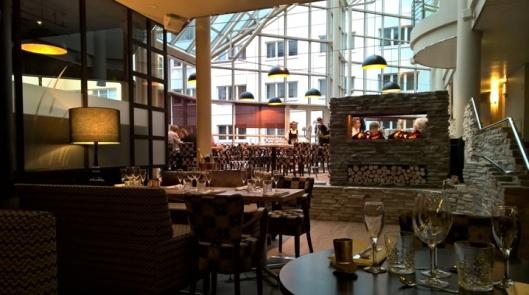 Miljöö on tuttu Holiday Innin ravintolavieraille, jotenkin ylätason tuolitkin näyttävät tutuilta, mutta mikäs siinä. Tunnelma on nyt kuitenkin lämpimämpi ja kotoisampi.