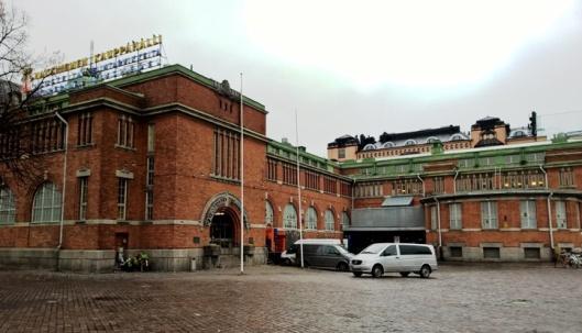 Hakaniemen kauppahalli seisoo Hakaniemen torin kulmassa.