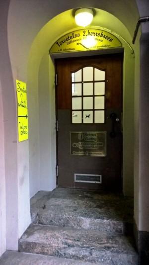 Onneksi tiesimme, että hallissa on kakkoskerros, että osasimme etsiä ovea. Emme olleet suinkaan ainoat, jotka eivät meinanneet löytää. Kauppahallissa kun ollaan, niin ainahan voisi kysyä...
