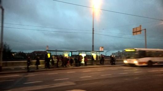 Rautatie ylitetään Pasilan juna-aseman kohdalta ja siinä odottavat Helsinkiläiset kotiin/töihin/harrastuksiin pääsyä.