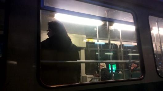 Ohi kiitävä raitiovaunu on kiva näky. Turisti vilkuttaa jos tohtii.