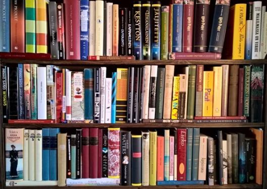Näiden hyllyjen tärppejä: Potterit tietysti (mihinhän se kahdeksas mahtuu? Seitsemäs on lainassa), Pirkko Saisio -valikoima ja muutama Sarah Waters.