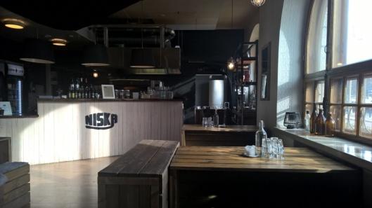 Tunnelmallinen ja tyylikäs ravintola kylpee alkukevään auringossa.