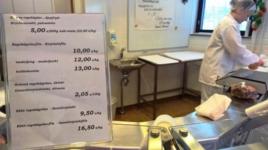 Hinnat eivät päätä huimaa. Kauppa näyttää siltä, miltä kalakaupan pitääkin näyttää.