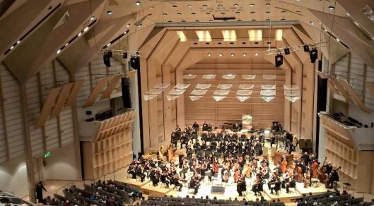 120 soittajan orkesteri (osa vielä piilossa, mutta tulossa myöhemmin sivuparvekkeille. Kyllä Tampere-Talon suuri sali on ylväs ja hieno. Jotain, jota ajan hammas ei ole päässyt puraisemaan.