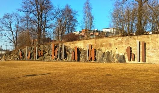 Kalle Päätalolle omistettu Maaltamuutto-veistos Alexandra Siltasen puistossa Tammerkosken yläpäässä. Suunnittelija on taiteilija ja arkkitehti Arja Renell.