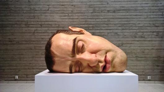 Nukkuva pää, jota Mueckin omakuvanakin pidetään, on tullut tutuksi lukuisista näyttelyjulisteista ympäri kaupungin. Muistan nähneeni samaisen julisteen jossain Euroopan kaupungissa aiemmin ja jo silloin siinä oli jotain pysäyttävää ja mieleenpainuvaa. Ehkä siksi olin niin innoissani, kun näin kuvan museon mainoksessa.