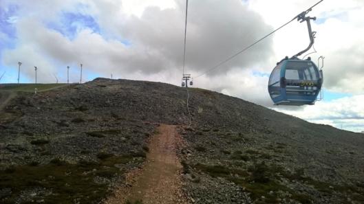 Maisemallisesti mahtavampi hissi lähtee Alpine Cafen luota Gondolitieltä. HIssimatka on pidempi ja yläasemalla odottaa sekä alamäkiajoreitin alkupää että alle kilometrin mittainen huipun kiertävä reitti. Kannattihan se kävellä. HIenot maisemat ja sateen uhan tuoma apocalyptinen kontrasti.
