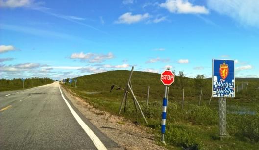 Enontekiöläisestä pikkuhotellista kuljettajan kaipaaman kahvikupillisen haettuani jatkoimme matkaa kohti pohjoista. Norjan raja ylittyi varsin helposti. Joku pömpeli siinä oli, mutta toimenpiteitä ei vaadittu. Maisema alkoi olla puutonta ja karua, samalla hurjan kaunista. Paikannimet ja opasteet olivat pitkän matkaa norjaksi, saameksi ja suomeksi. Eksoottisen ihanaa.