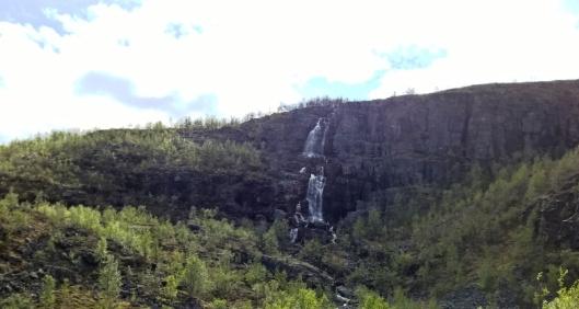 ...enkä ihan hillittömän makeita vesiputouksia. Niitä nyt kuitenkin näkyi vähän siellä täällä matkalla rajalta Altaan.