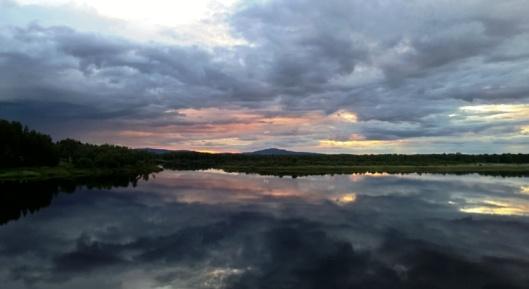 Viimeisenä muttei vähäisimpänä Levikuvana Kittilän lähellä olevalta järveltä kesäoinen maisema. Suomalainen sielunmaisema.