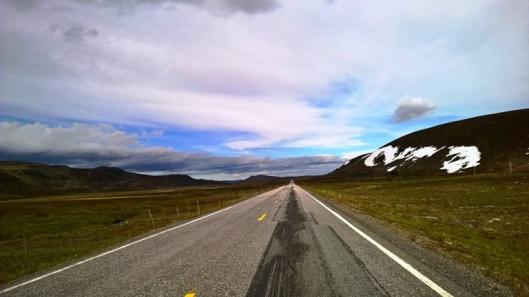 Altan vihreiden, lämpimien ja rehevien maisemien jälkeen oli jopa vähän pelottavaa ajaa pitkää ja suoraa karua ylänköä kohti Olderfjordia. MMaisema oli täysin toinen. Uskomattoman autio. Muutamia autoja ja jokusta kaukaista tönöä lukuun ottamatta missään ei ollut mitään. Hämmästyttävä tyhjyys. Ajatukset siitä, miltä täällä näyttää ja miten täällä selviää talvella.