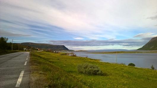 Olderfjordissa oli ihana pieni yhdistetty kauppa, posti ja huoltoasema nimeltä Lind & Sønn As. Siitä matka jatkui vähän päässä olevan kartan sekoittaen niin, että Jäämeri olikin siirtynyt oikealle puolen kun Altassa se vielä oli vasemmalla ja koko ajan mentiin pohjoiseen päin. Syy selviää kartasta, mutta hetken aikaa oli suunnat sekaisin.