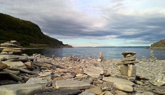Matkaa kohteeseen oli vielä jotain 50 ja 100 km:n välillä, mutta tälle rannalle oli pysähdyttävä. Tyyni veden pinta, täydellinen hiljaisuus ja autio ranta. Maisema voisi olla yhtä hyvin Välimereltä, mutta tämä vesi oli täydellisen kirkasta ja rannalla lojui muutaman meduusan kanssa edesmenneiden kuningasrapujen kuoren kappaleita. Aikamoisia otuksia.