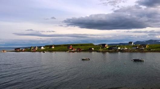 Honningsvågia lähestyttäessä näkyi myös jossain kauempana vedessä pieni talojen alue. Nousin autosta ihastelemaan maisemaa, kuuntelemaan merilintujen huutelua ja haistelemaan raikastakin raikkaampaa pohjoista meri-ilmaa. Harvinaista herkkua ja näin pohjoisessa ensimmäistä kertaa ikinä.