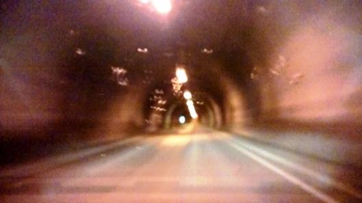 Matkan varrelle osui useita toisinaan pitkiäkin tunneleita. Tunnelin suulla näkyi merkintä tunnelin pituudesta ja kuinka korkealla meren pinnasta tunneli kulki. Nordkapp-tunnelenissa luki mitaksi 6870 m ja maininta 212 m.u.h tarkoitti, kuinka paljon meren pinnan ALLA se kulki. Vaikka tunneli oli tilava ja valaistu, mitä se joskus männävuosina ei ollut, tuntui aika hurjalta ajaa vain alemmas ja alemmas ja alemmas ja ajatella, mitä pään päällä oli. Jäämeri.