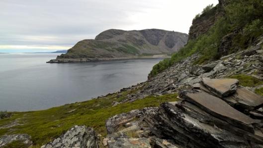 Pohjoiseen menevää (ainoaa) tietä reunustavata jylhät liuskekivijyrkänteet. Paikoittain kiviä oli tippunut tiellekin, kaahailu ei siis kannattanut. Ajatella, toisella puolella upeat jyrkänteet, toisella loputtomasti vettä.