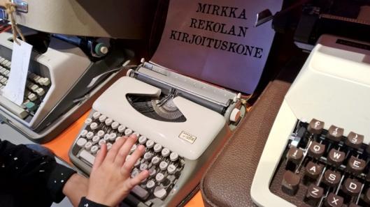 Aiemmin pitkälti runoihin keskittyneen kirjakaupan aarteisiin kuuluu mm. Mirkka Rekolan ja Eeva-Liisa Mannerin entiset kirjoituskoneet. Nuori seuralaiseni kysyi, mikä toi on ja epäili sitä tietokoneeksi. Läheltä liippasi, eräänlainen esiaste ainakin.