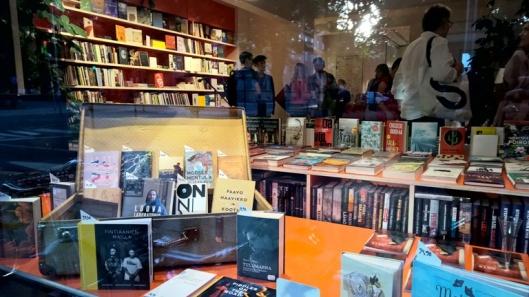 Kutakuinkin tältä viihtyisän kirjakaupan kuuluu näyttää.